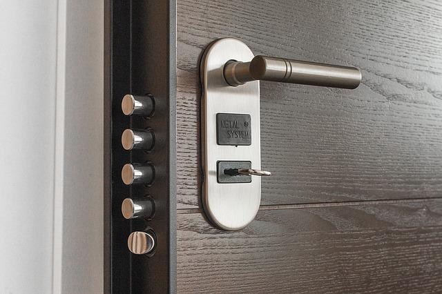 bezpečnostní zámek dveří