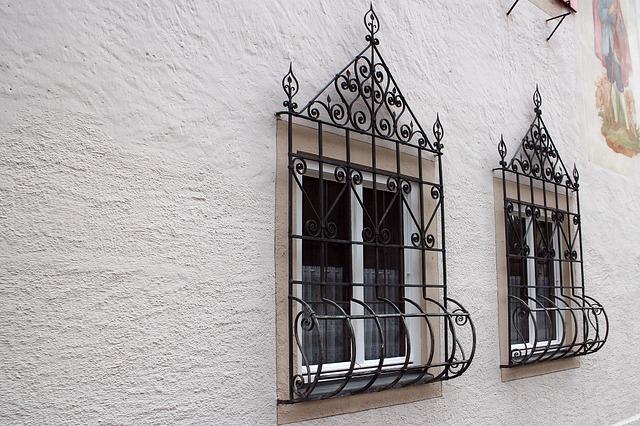 mříže v oknech