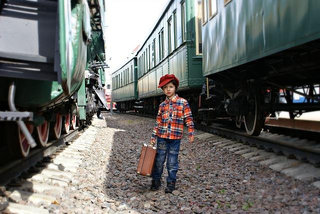 dítě mezi vlaky