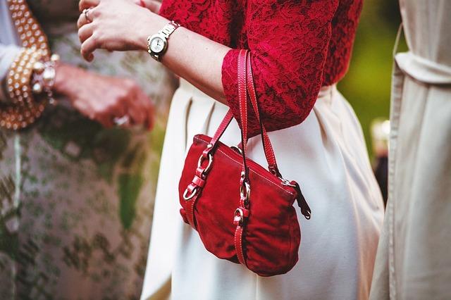 červená kabelčička.jpg