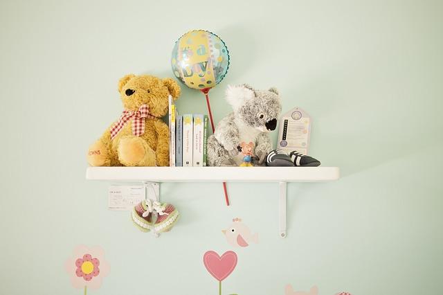 police na stěně plná hraček