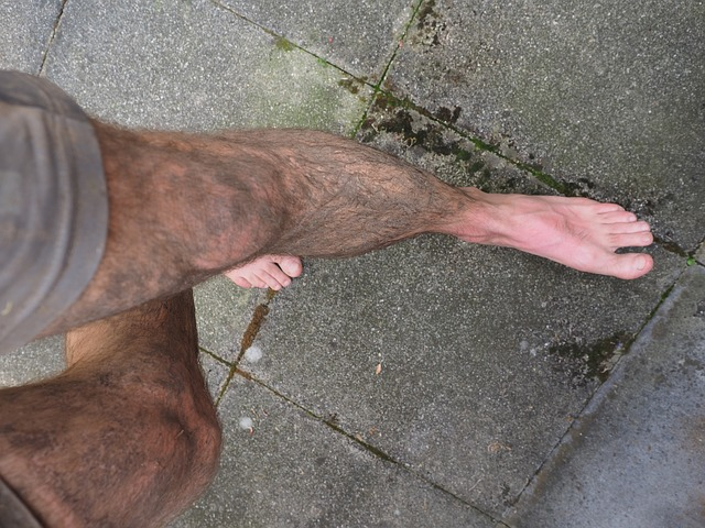 Panské nohy s bosými chodidly