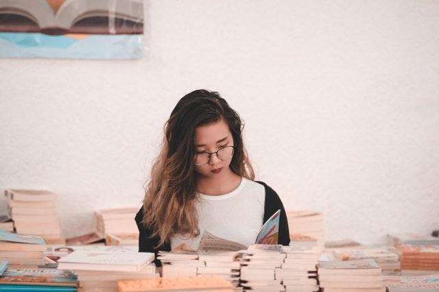 žena zadívaná do knihy.jpg